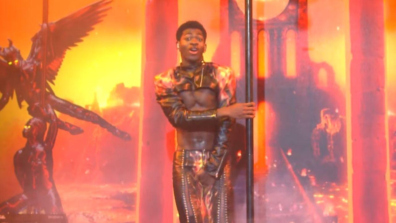 Lil Nas X comenta momento que rasgou a calça em apresentação no SNL