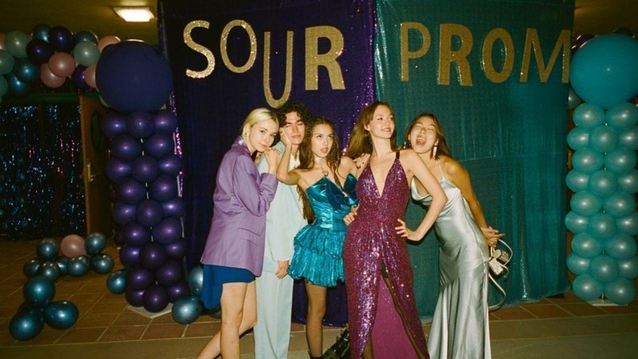 Com presença de Conan Gray e outras amizades famosas, Olivia Rodrigo canta no Sour Prom