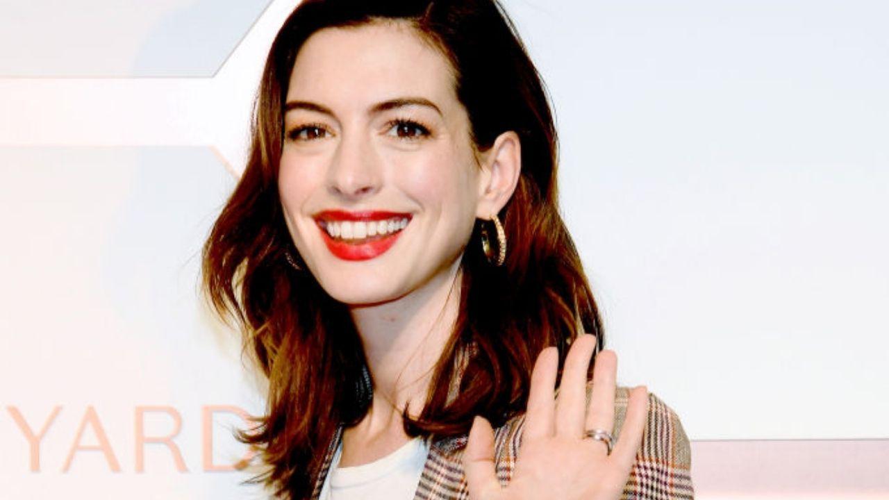 """Anne Hathaway aparece ensanguentada em imagens chocantes do set de """"WeCrashed"""""""