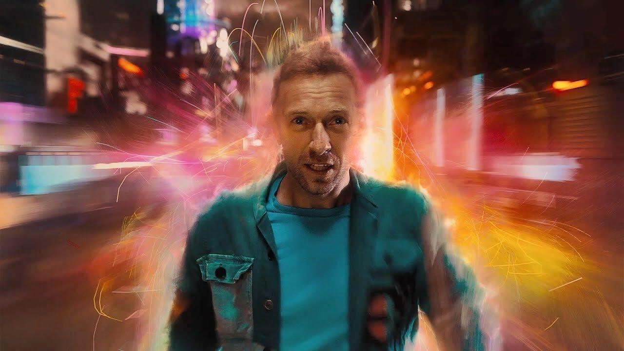 """Com mega produção futurística, Coldplay lança o clipe de """"Higher Power"""""""