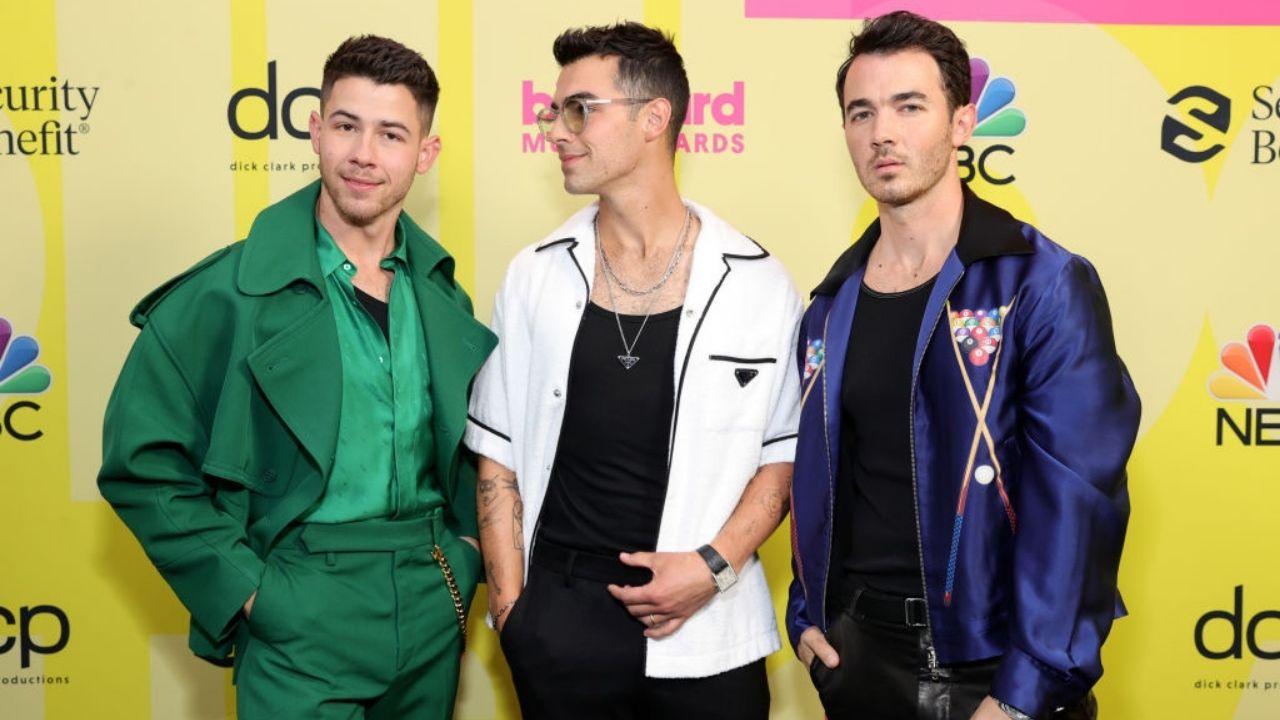 "Vem aí! Jonas Brothers anunciam o single ""Remember This"" para sexta-feira"
