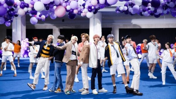 """BTS apresenta """"Permission to Dance"""" ao vivo e comenta rumores sobre nomes do fandom"""