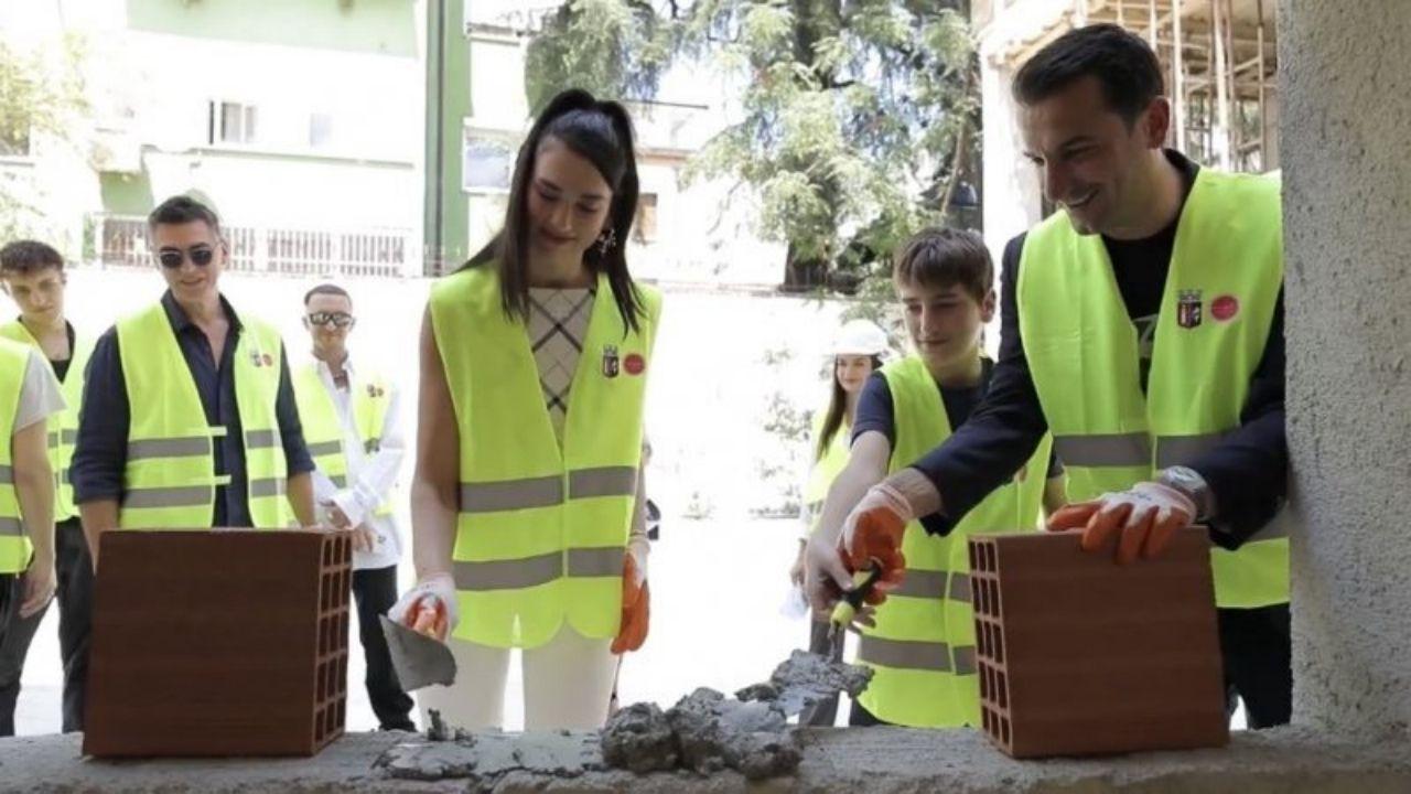 """Dua Lipa visita escola que financiou em Albânia: """"Uma honra"""""""