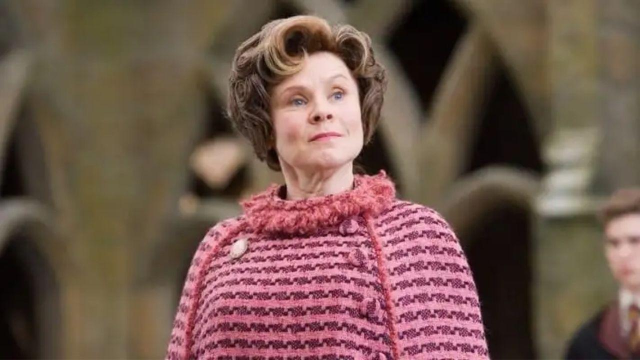 """""""The Crown"""": foto inédita da quinta temporada mostra Imelda Staunton como nova Rainha Elizabeth II"""