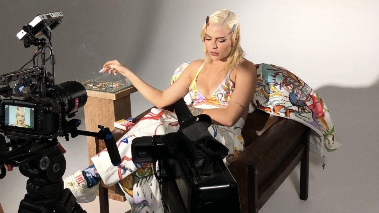 """Luísa Sonza divulga lyric video de """"Penhasco"""", marcado por muita angústia e emoção"""