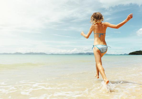 garota pulando ondas