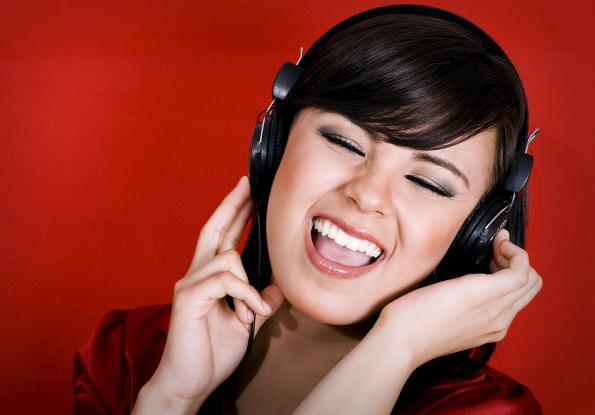mulher com fone de ouvido