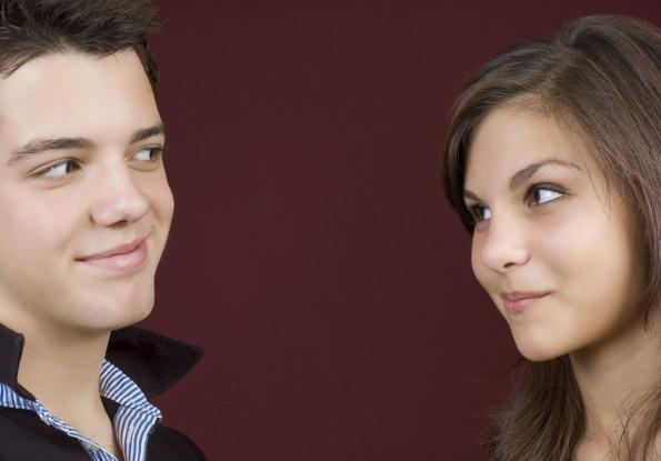 casal trocando olhares