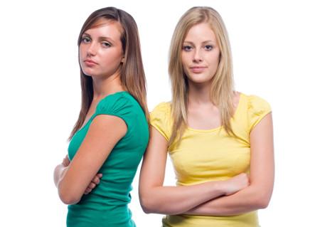 duas meninas de braços cruzados
