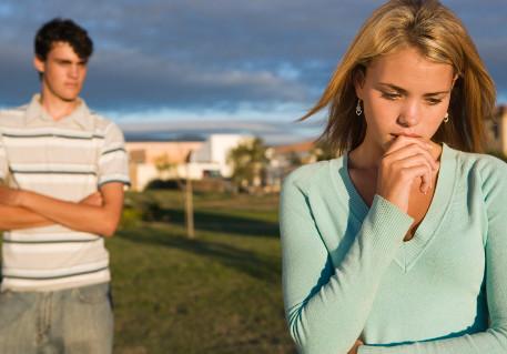 Menino olhando menina de cabeça baixa