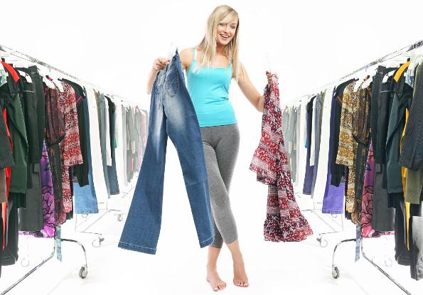 Menina escolhendo roupas