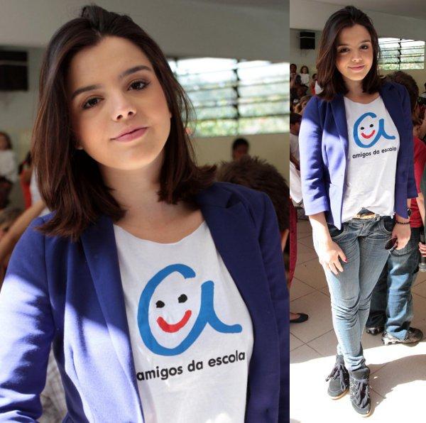 Giovanna Lancellotti aposta em blazer azul