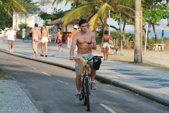Klebber Toledo passei de bicicleta sem camisa *-*