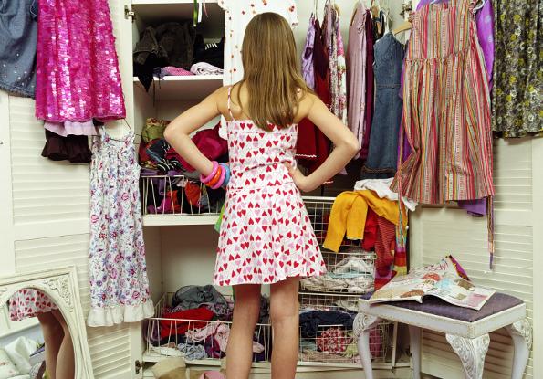 menina em frente ao guarda-roupa