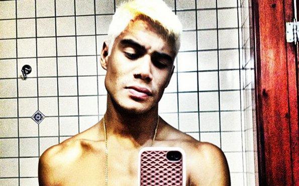 Micael Borges aparece de cabelo loiro