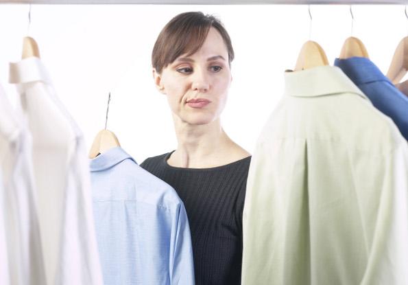 mulher escolhendo camisa