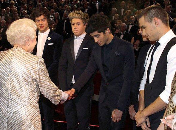 One Direction canta para a Rainha da Inglaterra
