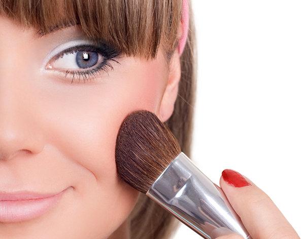 Passando blush: como criar efeitos com a maquiagem